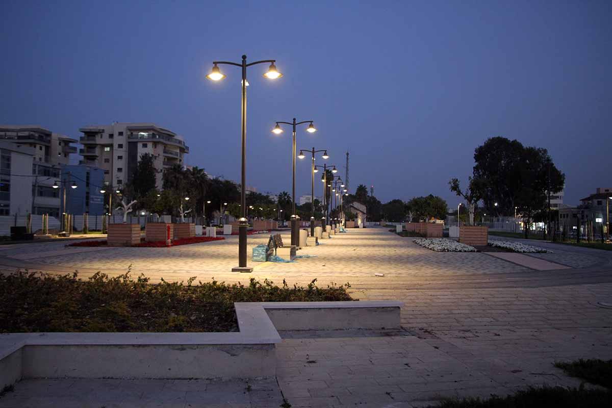 רחבת מתחם התחנה בלילה