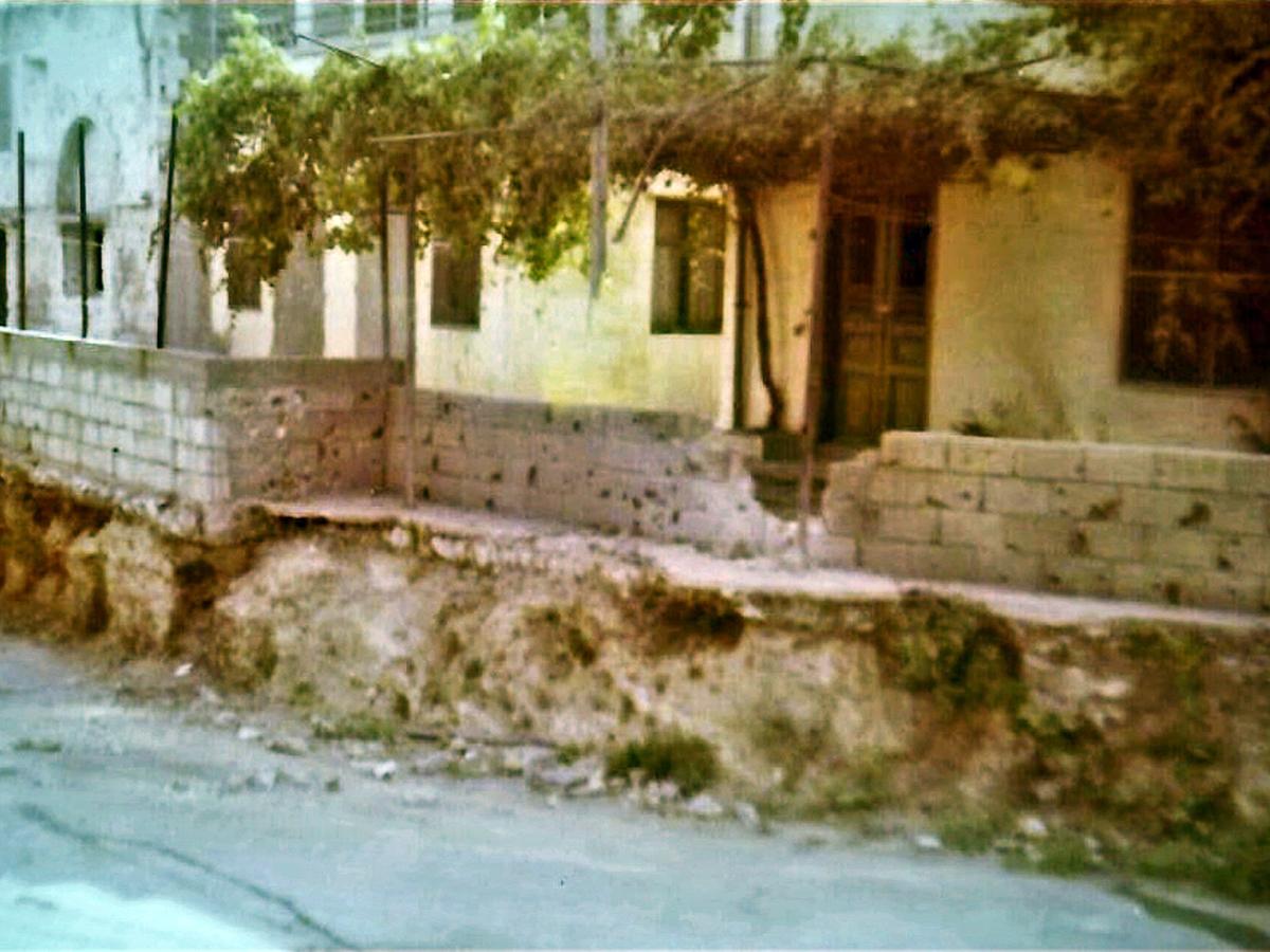 החומה בה פגע הפגז וממנה ניתזו רסיסים לעבר הג'יפ
