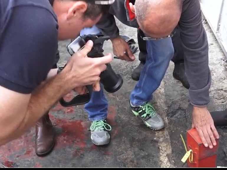 חוקרי המשטרה אוספים ראיות בתחנת הדלק הפירטית