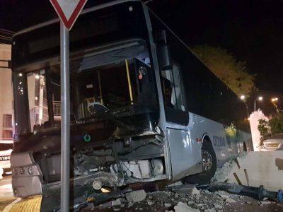 עפולה: נהג אוטובוס נדקר במהלך נסיעה והתנגש בקיר – מצבו קשה