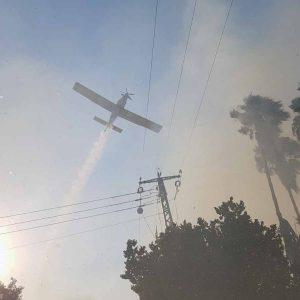 מטוס כיבוי משתתף במאמצי לוחמי האש לכבות את השריפה