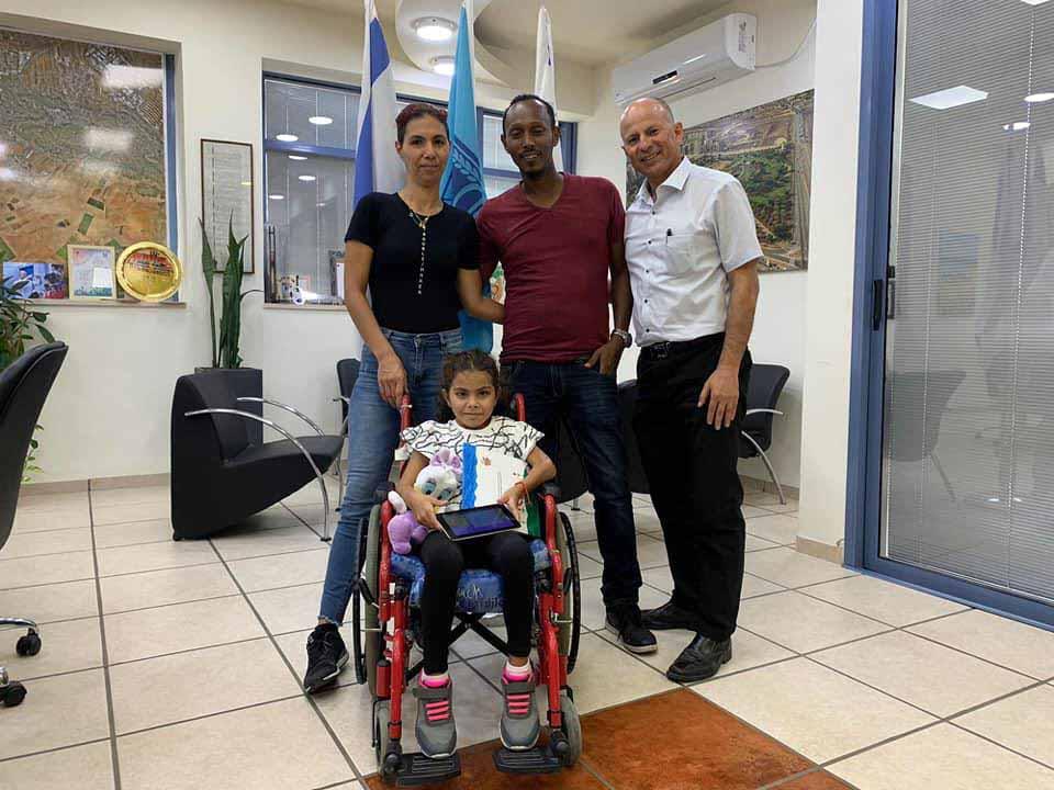הילדה שירה טייב עם הוריה בלשכת ראש העיר אלקבץ