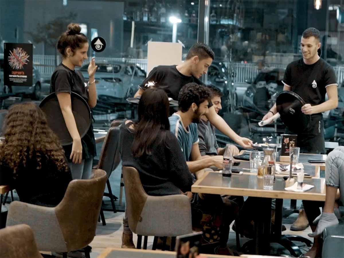 מלצרי המסעדה בפעולה: מקצועי, שירות מהיר, ואדיב