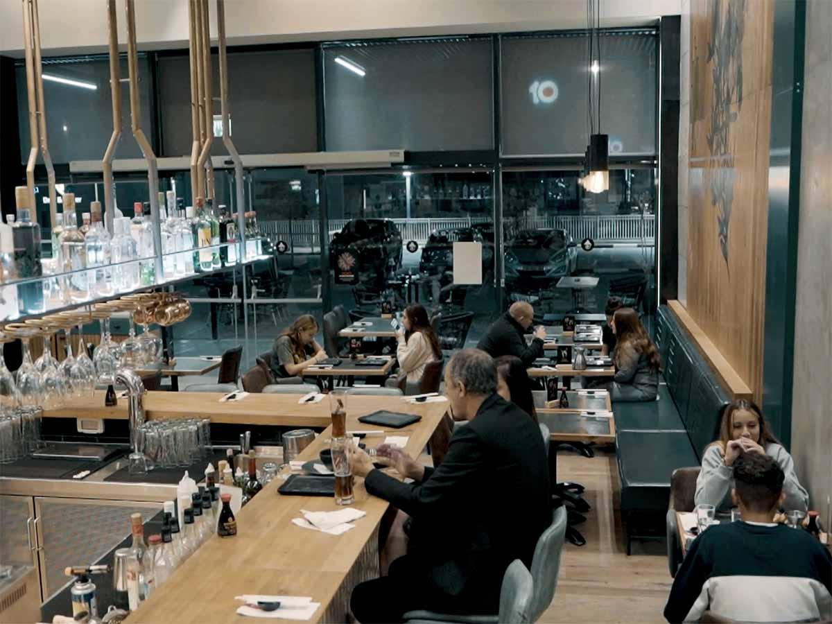 חלל אולם האוכל המרווח בג'אפניקה