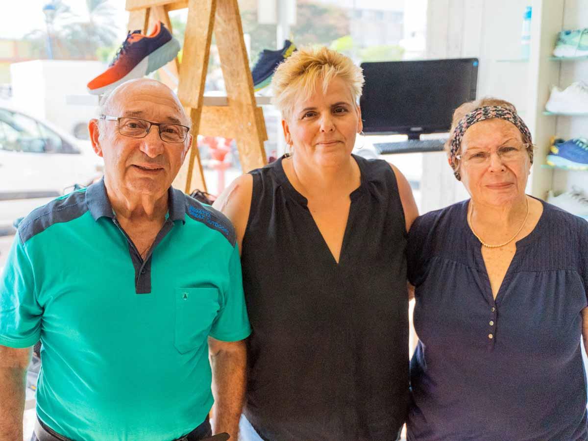 טלי מנהלת החנות עם בני הזוג קינן