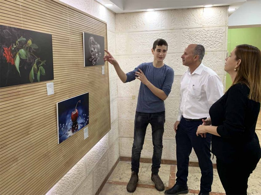 עפולה: הושקה תערוכת צילום של תלמיד בן 16