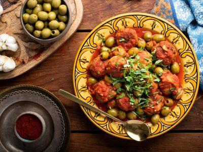 """מתכון טעים לסופ""""ש: קציצות עוף ברוטב עגבניות וזיתים ירוקים"""