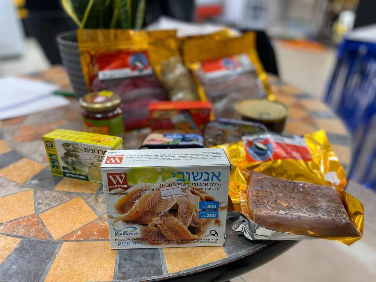 בחנות גם ניתן לרכוש רטבים מיוחדים לדגים, שימורים, יינות, ממרחים מכל רחבי תבל