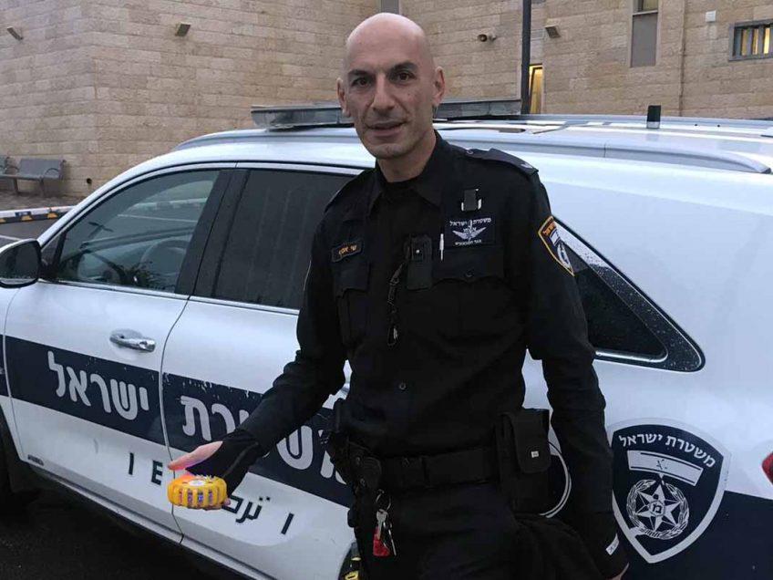 חוצפה או קונדס: מה הסגיר את הגנב של הפנס המשטרתי במחסום?
