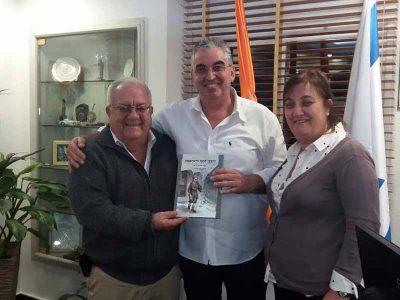 חיים ברוידא, ראש העיר רעננה הודה בהתרגשות על קבלת ספר הילדים: 'הקבצן הקטן מדאראבאן'