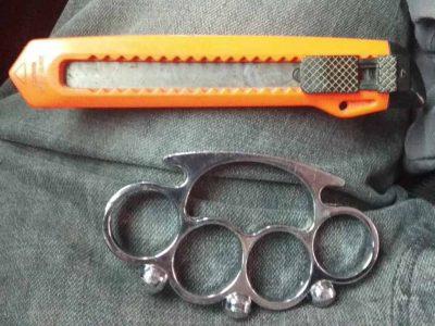 """חיפוש מונע: נתפסו אגרופנים, סכינים ומברגי דוקרנים בידי תלמידי ביה""""ס בנצרת"""
