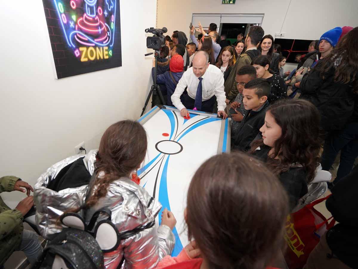 ראש העיר אלקבץ במשחק הוקי שולחן עם ילדי  המועדון החדש. צילום: חנוכת מרכז הנוער. צילום: דוברות עיריית עפולה