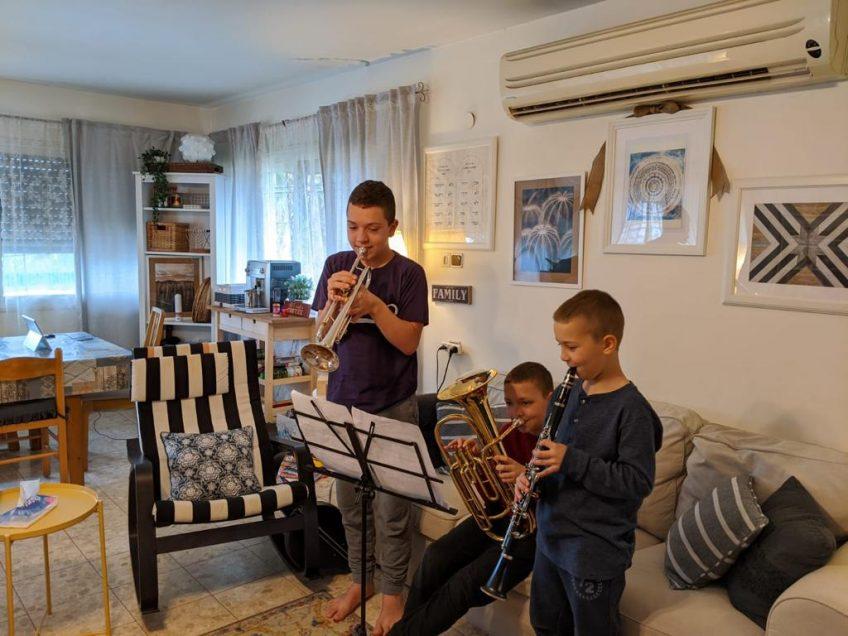 צלילים ענוגים: גם הקורונה לא עוצרת את משפחת מורלס המוזיקלית