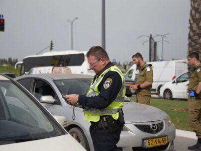 """עפולה: שוטרים בליווי חיילי צה""""ל פועלים לבלימת התפשטות נגיף הקורונה בעיר"""