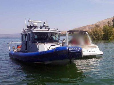 הכל בגלל פקק קטן: תושיית השוטרים בכינרת הצילה סירה על יושביה מטביעה