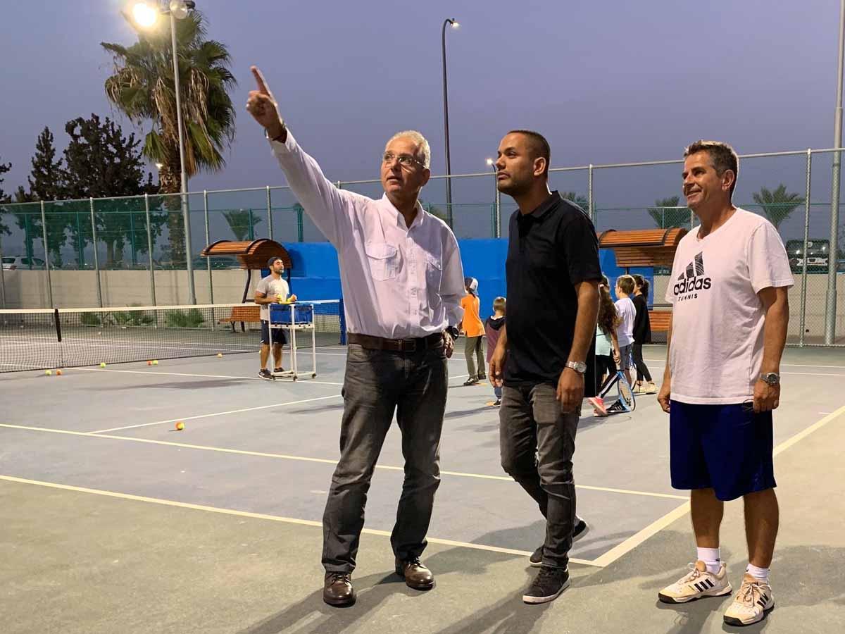 אבי לחיאני ועמוס מנסדורף עם מנהל אגף הספורט שלומי אלבז בסיור במתחם בעפולה. צילום: דוברות עיריית עפולה