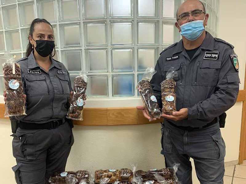 הפקחים חילקו בשבת האחרונה עוגות לכל חולי הקורונה בעיר בשם תושבי העיר. צילום: דוברות עיריית עפולה