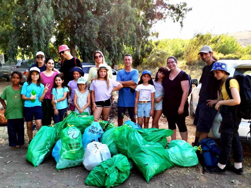 מחנכים לשמירה על הטבע: מורים תלמידים עם משפחותיהם סייעו בניקיון שביל סובב כינרת