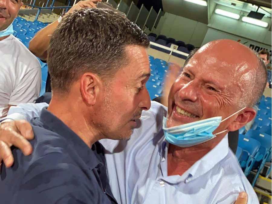 שמחה גדולה בעפולהL ראש העיר אלקבץ ושלומי דורה מאמן הפועל עפולה צוהלים בסיום המשחק הישרדות