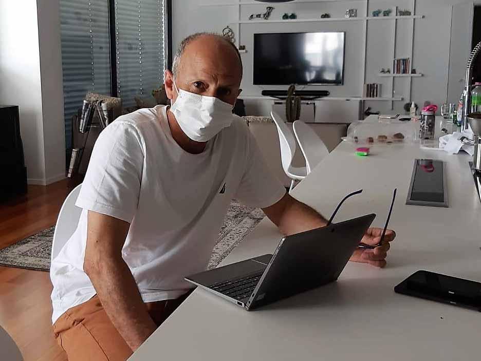 אבי אלקבץ עובד מביתו בעת שחלה בקורונה. צילום: דוברות עיריית עפולה