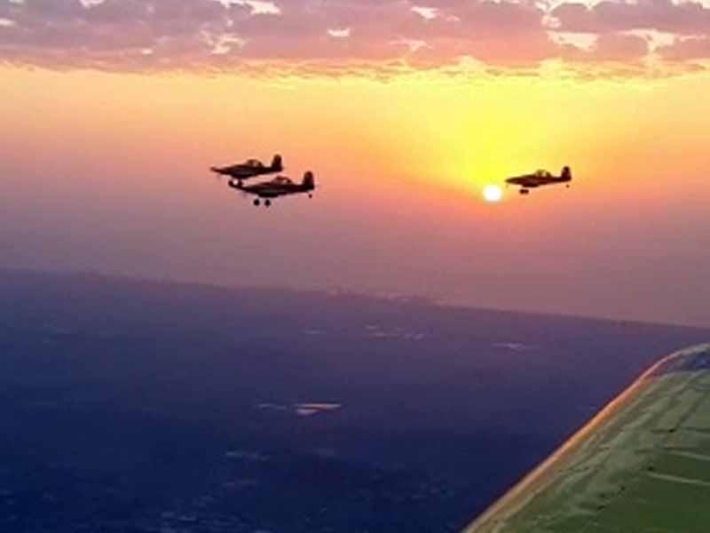 מטוסי הטייסת האווירית בדרכם להטיל חומר כיבוי על מקדי השריפות. צילום: תיעוד מבצעי כיבוי והצלה