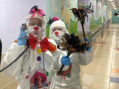 """עם """"אף אדום"""" על המסכה: ליצנים רפואיים במחלקת הקורונה בפוריה"""