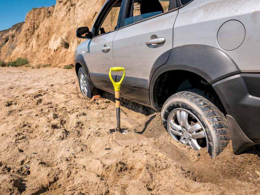 עמוק בבוץ – ובחול: מה לעשות כשהרכב מתחפר?