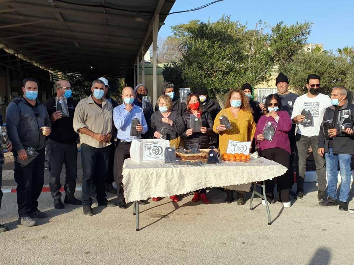 ראש העירייה אלקבץ עם עובדי עיריית עפולה ומשלוחי המנות
