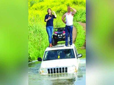 עמק יזרעאל: משפחה נלכדה בגג ג׳יפ בנחל זורם
