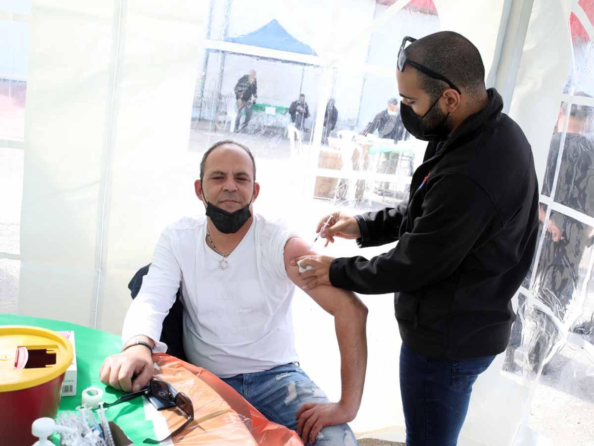 """משה סוויסה, יו""""ר ועד עובדי עוף טוב התחסן במבצע החיסונים נגד הקורונה שנערך לאחרונה במפעל. (צילום דודו כהן)"""