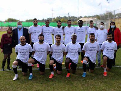 מגדל העמק: שחקני קבוצת הכדורגל במחווה מרגשת לרגל יום האישה