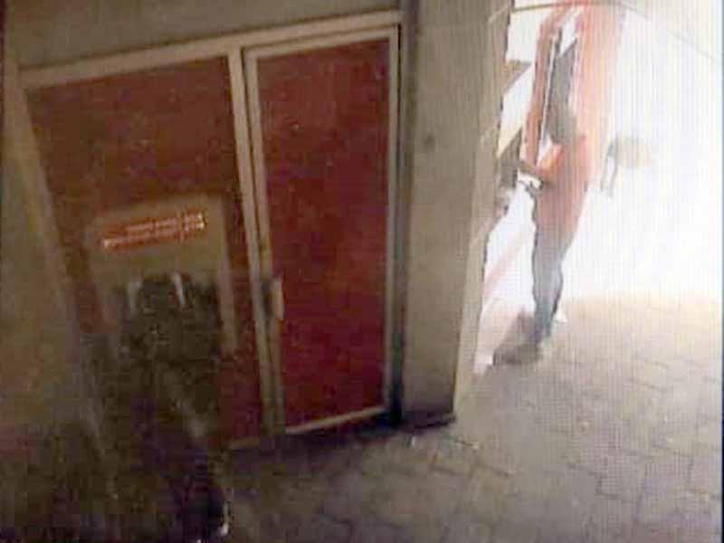 משיכת כסף תחת איומי אקדח. צילום: דוברות המשטרה