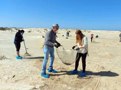 מחוברים לסביבה: עובדי עיריית עפולה יצאו לנקות את חופי הים