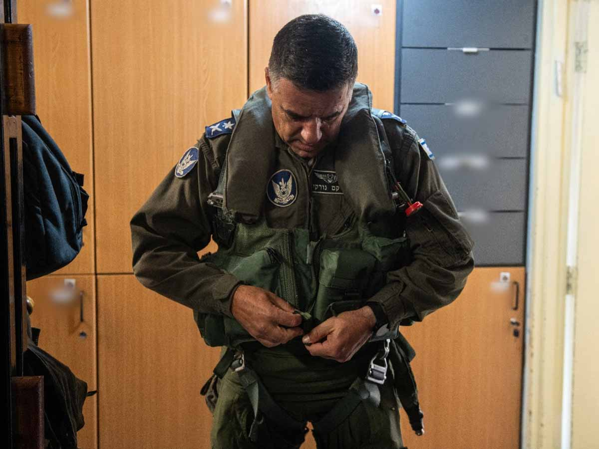 האלוף נורקין לובש את סרבל הטיסה