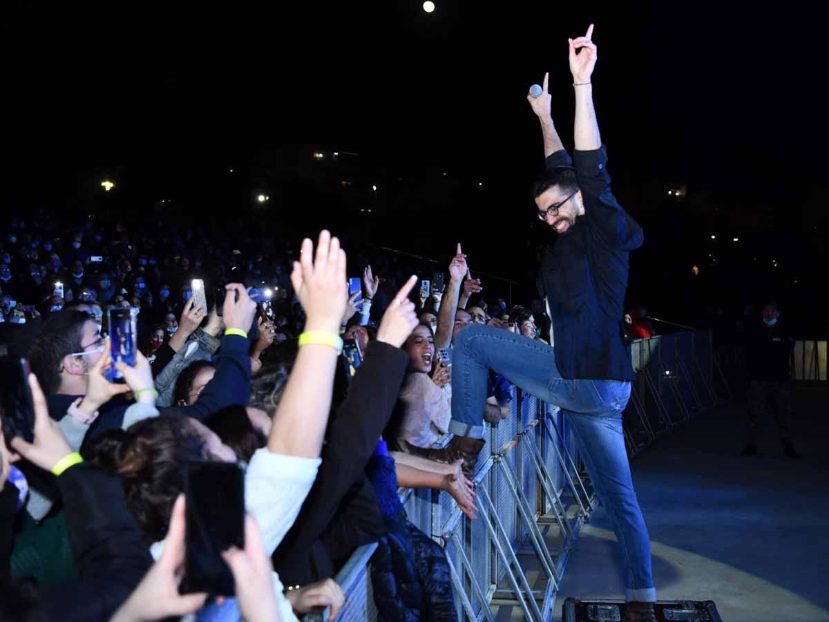 חנן בן ארי מלהיב את הקהל