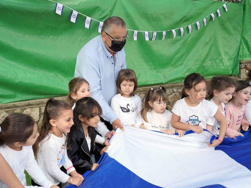 """כחול ולבן: ילדי הגנים במגדל העמק העניקו לחיילי צה""""ל חבילות שי"""