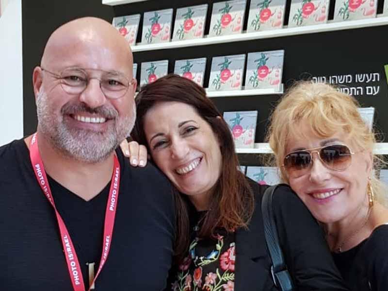 האמן אליקו נר-גאון יחד עם אחיותיו – הזמרת ריקי גל ותמי. צילום: אלבום פרטי