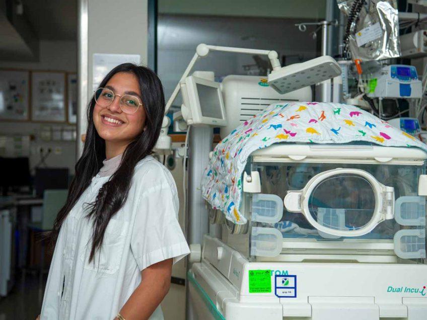 """סגירת מעגל מרגשת ב""""העמק"""": צעירה שנולדה בפגייה מבצעת שירות לאומי במרכז הרפואי"""