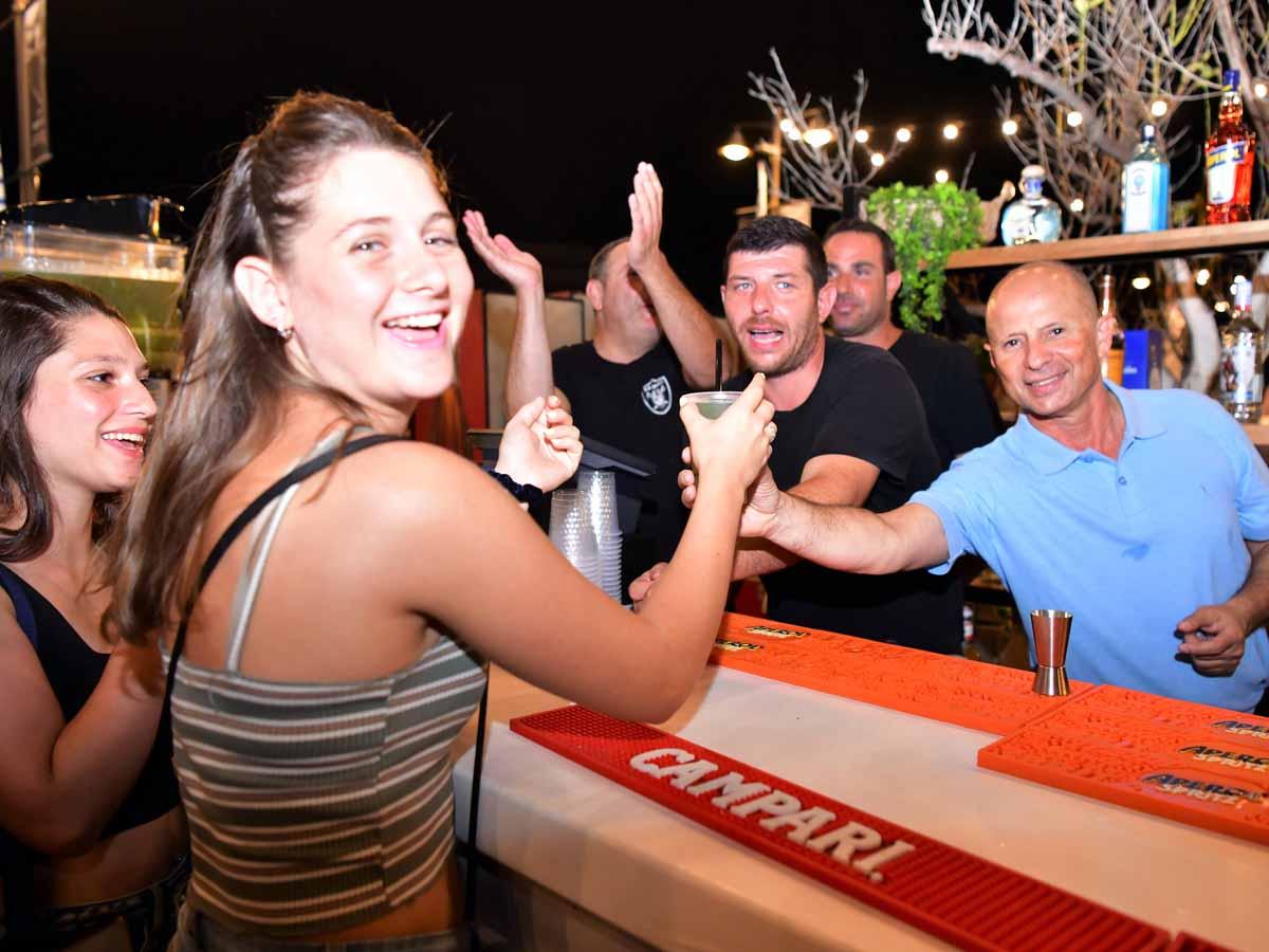 ראש העיר אלקבץ מתכבד בכוס בירה בפסטיבל