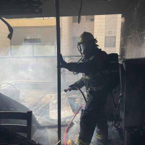 לוחמי האש בכיבוי השריפה בדירה