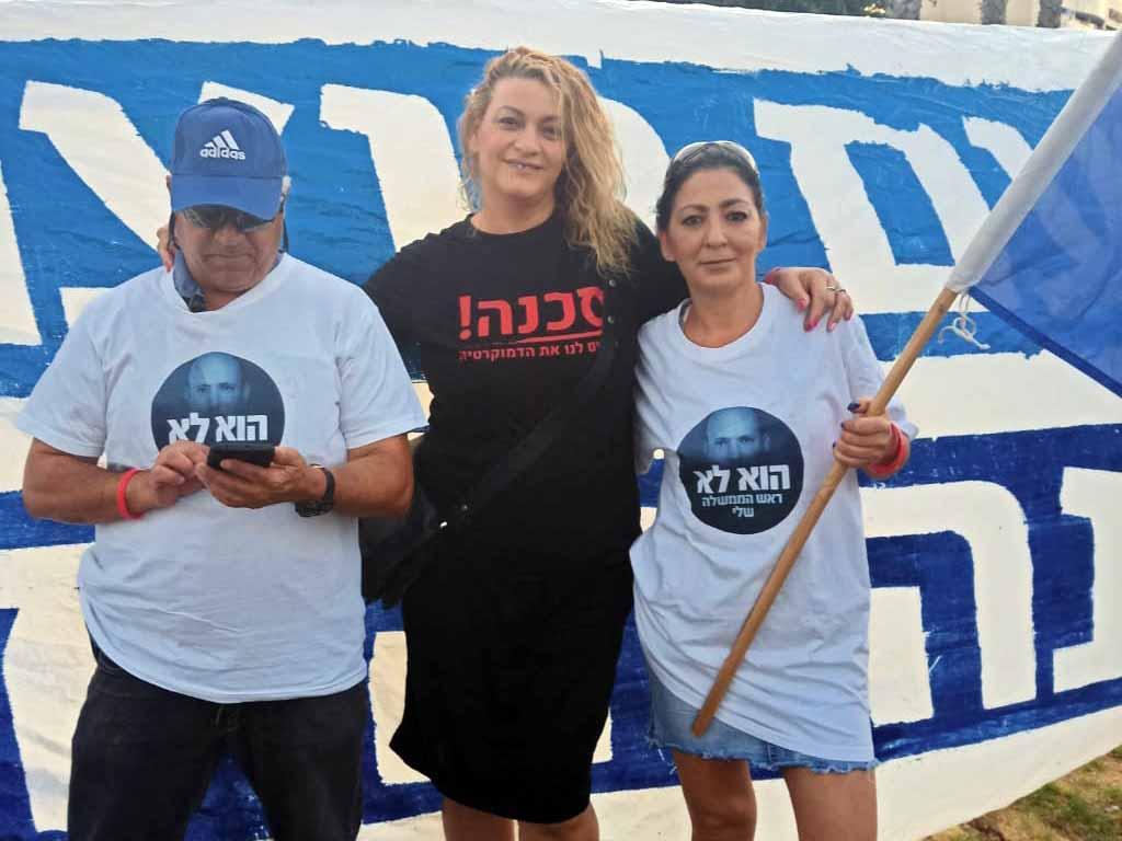 אוסנת לוי ואמנון מטמון מפגינים נוכחות בשטח