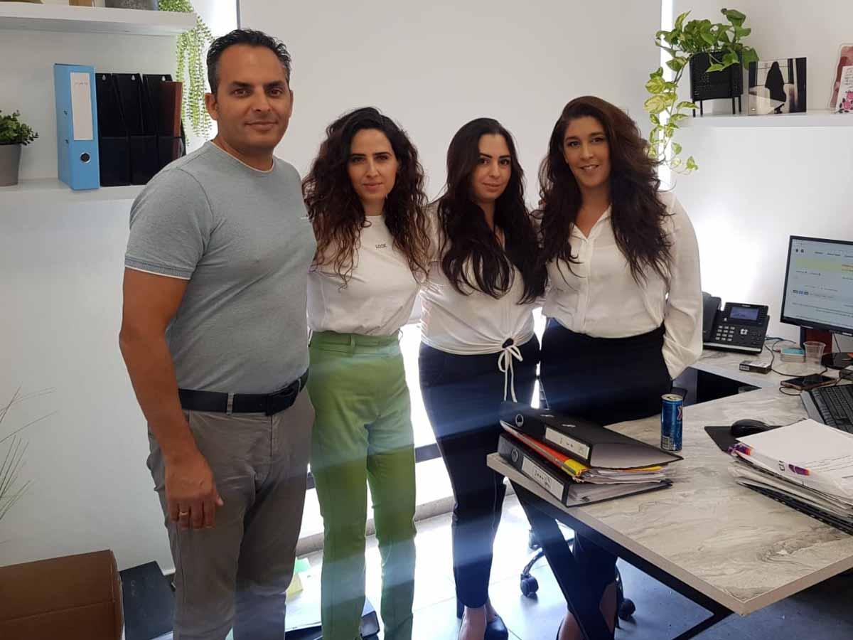 קריסטין, מוריה ורביד ממשרד עורכי הדין חון קהלני ושות' יחד עם עדיאל אילוז חבר מועצת עפולה