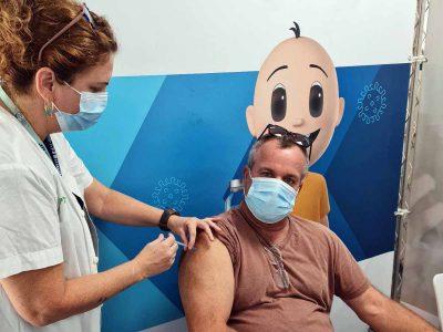 המאבק בקורונה: המבצע לחיסון מנה שלישית לבני חמישים פלוס יצא לדרך