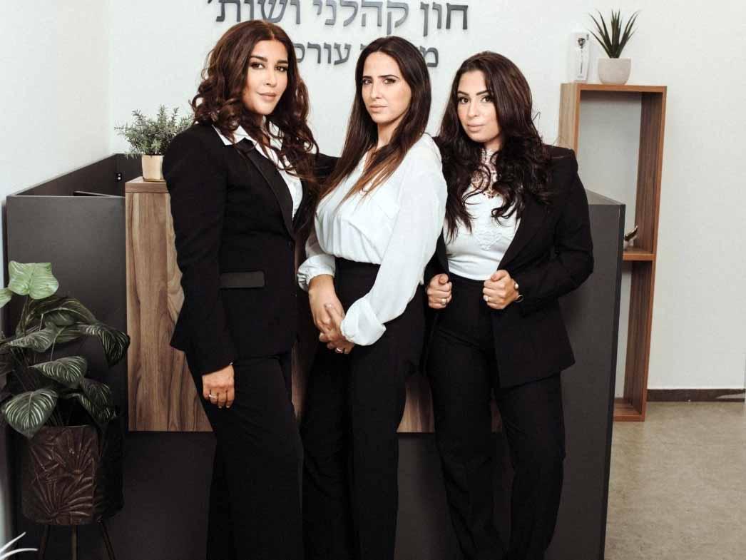 עורכות הדין קריסטין חון ומוריה קהלני. בינהן: רביד צפניה, מנהלת המשרד. צילום: עודד טריגלו, דאבל קליק